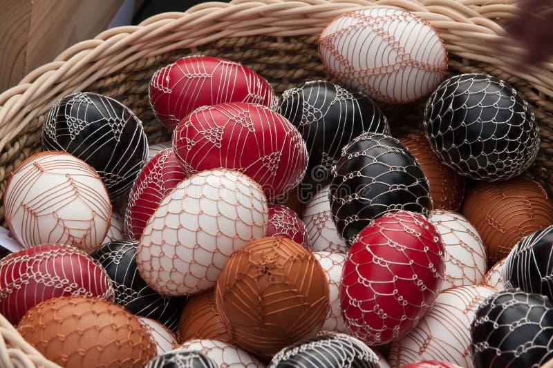Uova di Pasqua decorate con il nastro metallico fine - tecnica tipica per le zone sicure della repubblica Ceca fotografia stock libera da diritti