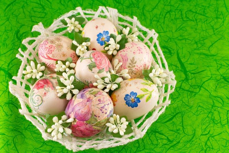 Uova di pasqua decorate in un canestro immagine stock immagine di spiritoso domestico 67638743 - Uova di pasqua decorate ...