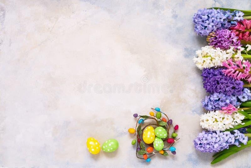 Uova di Pasqua decorative e fiori del giacinto flatlay Copi lo spazio, vista superiore Concetto di celebrazione di Pasqua immagini stock libere da diritti