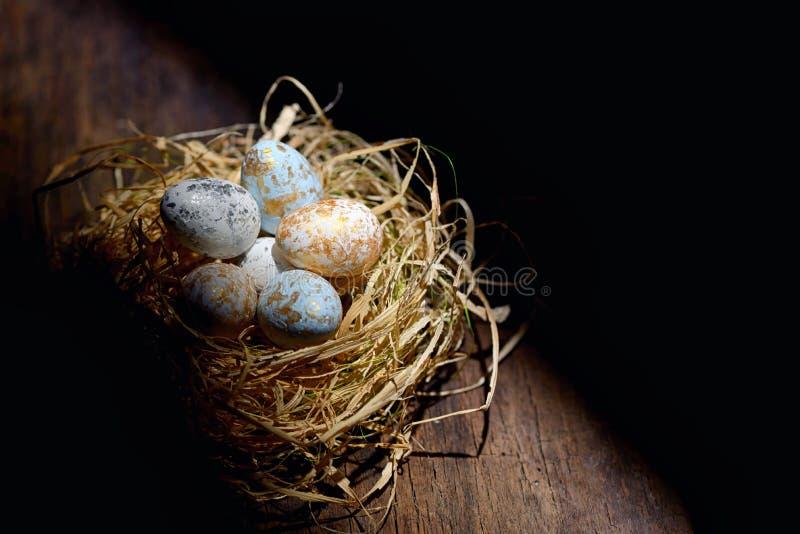 Uova di Pasqua decorative in nido fotografia stock