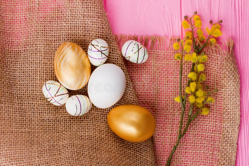 Uova di Pasqua decorative su tela da imballaggio fotografie stock