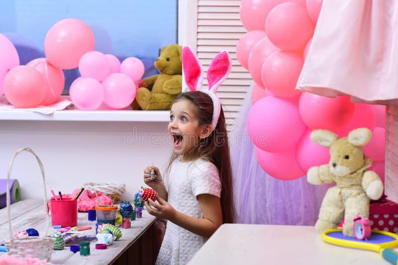Uova di Pasqua differenti di colore in mani di un bambino fotografie stock