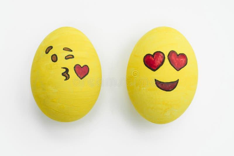 Uova di Pasqua dipinte di emoji negli atteggiamenti differenti e in expressi facciale fotografia stock