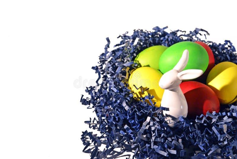 Uova di Pasqua e coniglietto di pasqua bianco della porcellana immagine stock libera da diritti