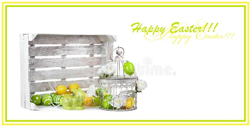 Uova di Pasqua e coniglietto divertente isolati su fondo bianco fotografia stock libera da diritti
