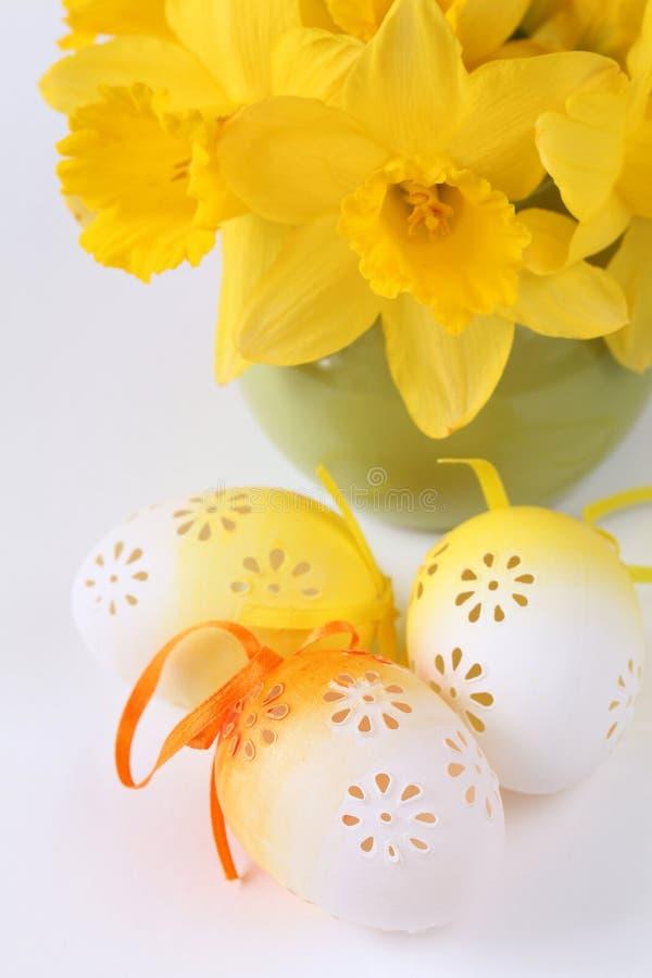 Uova di Pasqua e daffodils Fioriti fotografie stock