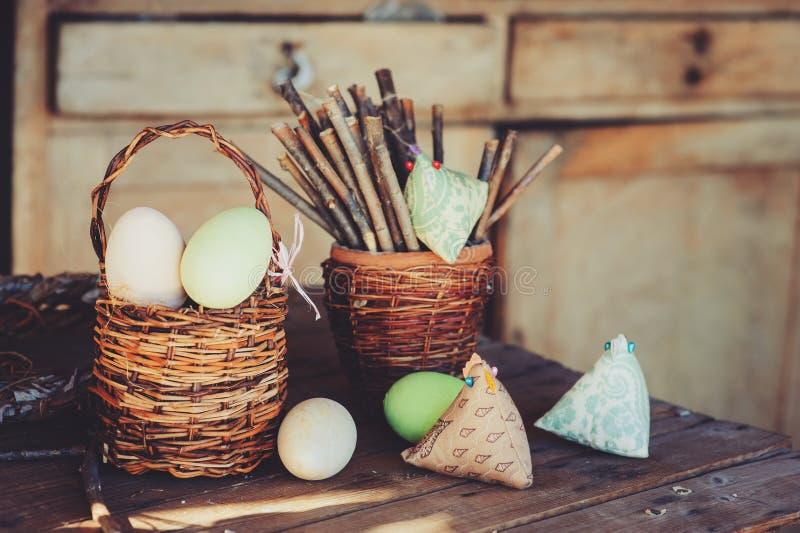 Uova di pasqua e decorazioni sulla tavola di legno in casa - Uova di pasqua in casa ...