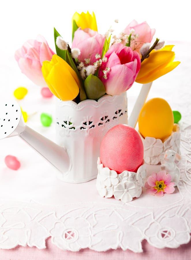 Uova di Pasqua e fiori della molla immagini stock