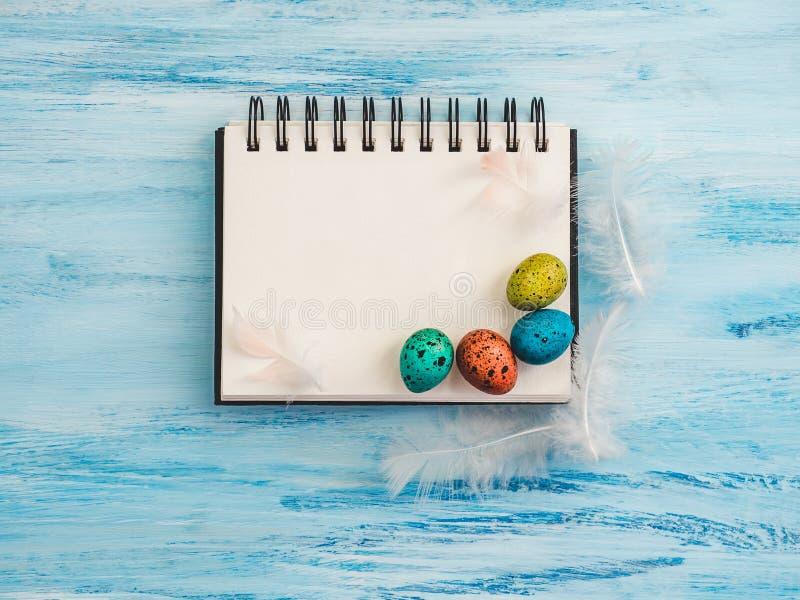 Uova di Pasqua e pagina multicolori e luminose dello sketchbook fotografia stock