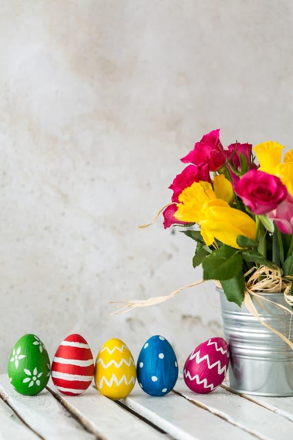 Uova di Pasqua e rose variopinte fotografia stock