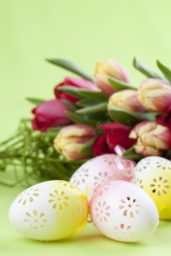 Uova di Pasqua e tulipani fioriti fotografia stock libera da diritti