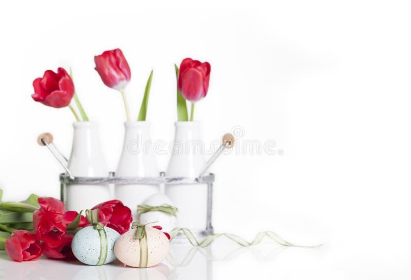 Uova di Pasqua E tulipani rossi fotografia stock libera da diritti