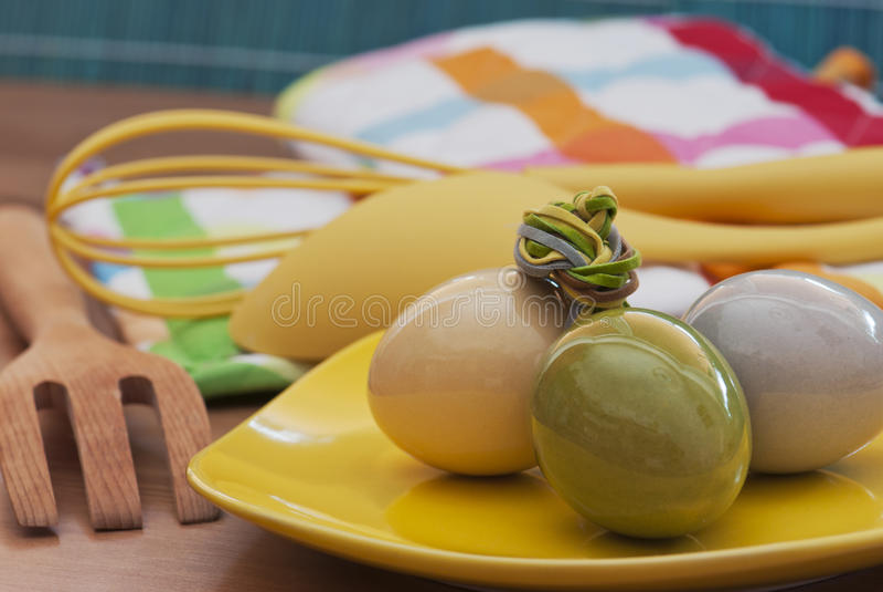 Uova di Pasqua Ed utensili della cucina fotografia stock libera da diritti