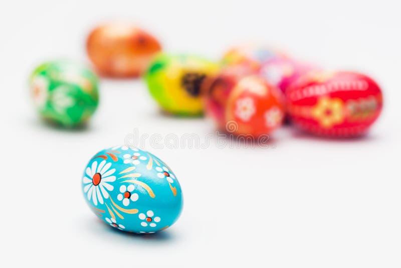 Uova di pasqua fatte a mano su bianco la primavera modella - Uova di pasqua decorati a mano ...