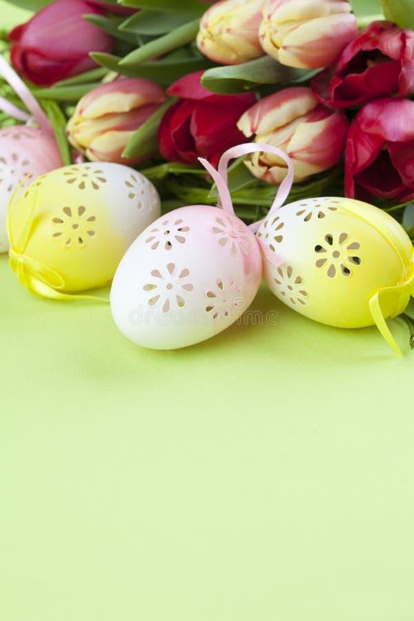Uova di Pasqua e tulipani Fioriti immagine stock libera da diritti