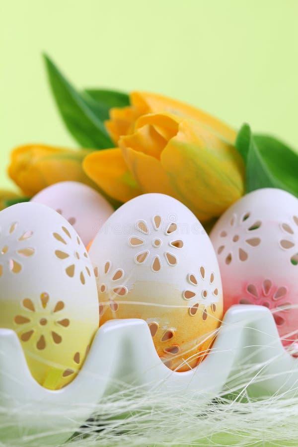 Uova di Pasqua Fiorite in un supporto dell'uovo fotografia stock libera da diritti