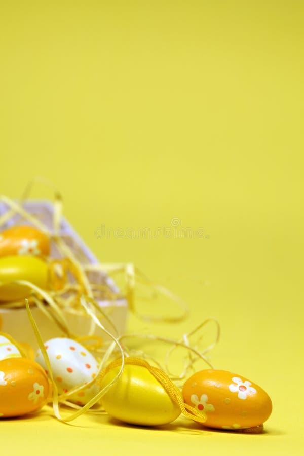 Uova di Pasqua Gialle con una casella fotografia stock libera da diritti
