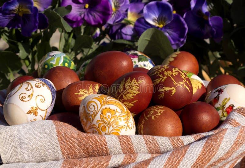 Uova di Pasqua nei fiori fotografia stock