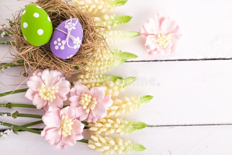 Uova di Pasqua Nel nido immagini stock