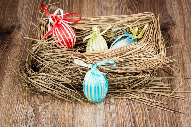 Uova di Pasqua Nel nido fotografia stock libera da diritti