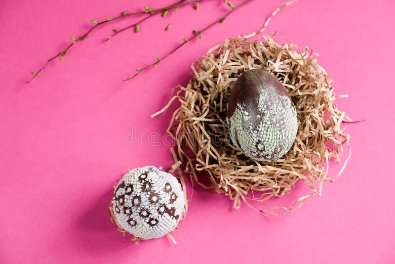 Uova di Pasqua sotto forma di uova del drago immagini stock