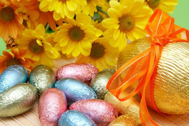 Uova di Pasqua Spostate variopinte del cioccolato fotografia stock