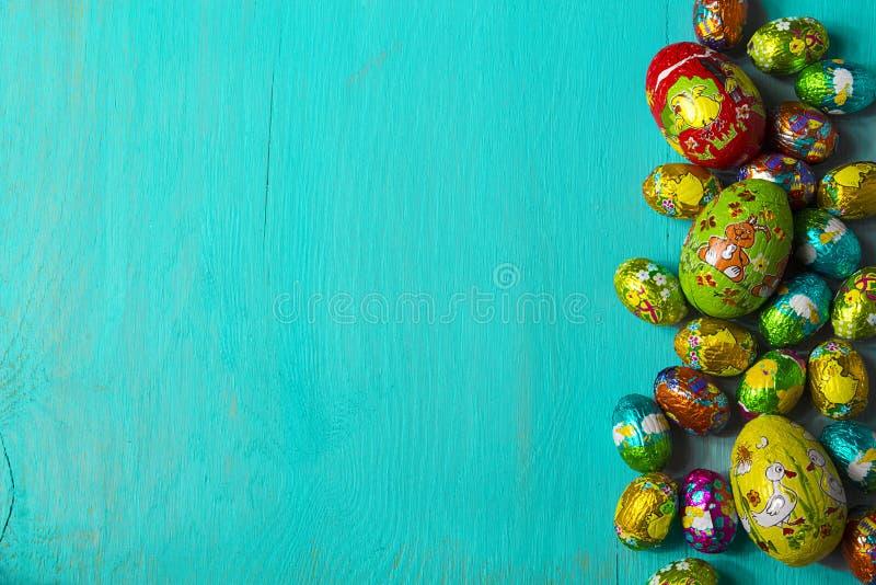 Uova di Pasqua su fondo di legno blu Vista superiore, spazio della copia immagine stock