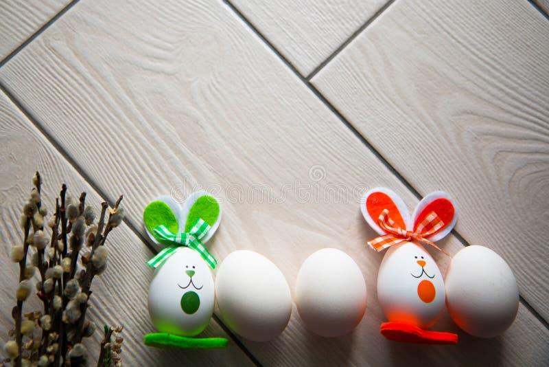 Uova di Pasqua Su fondo di legno Pasqua felice Foto creativa con le uova di Pasqua Uova di Pasqua Su fondo di legno Pasqua felice immagini stock libere da diritti