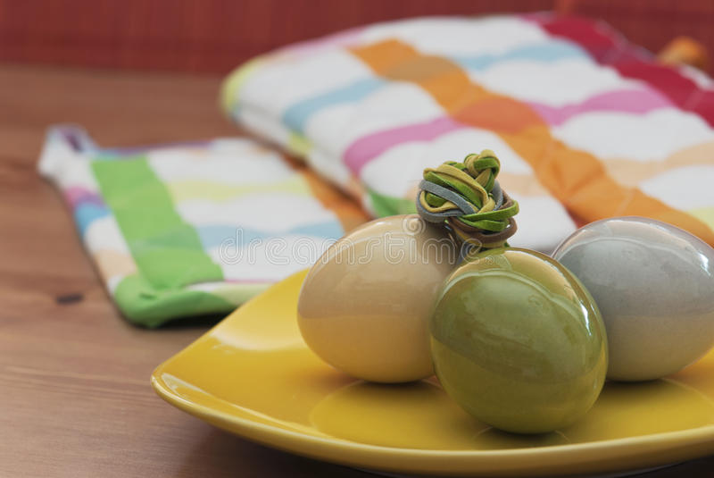 Uova di Pasqua Su una ciotola gialla immagini stock libere da diritti