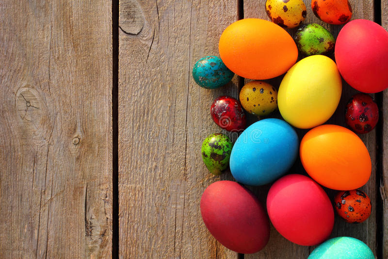 Uova di Pasqua Sulla tabella di legno