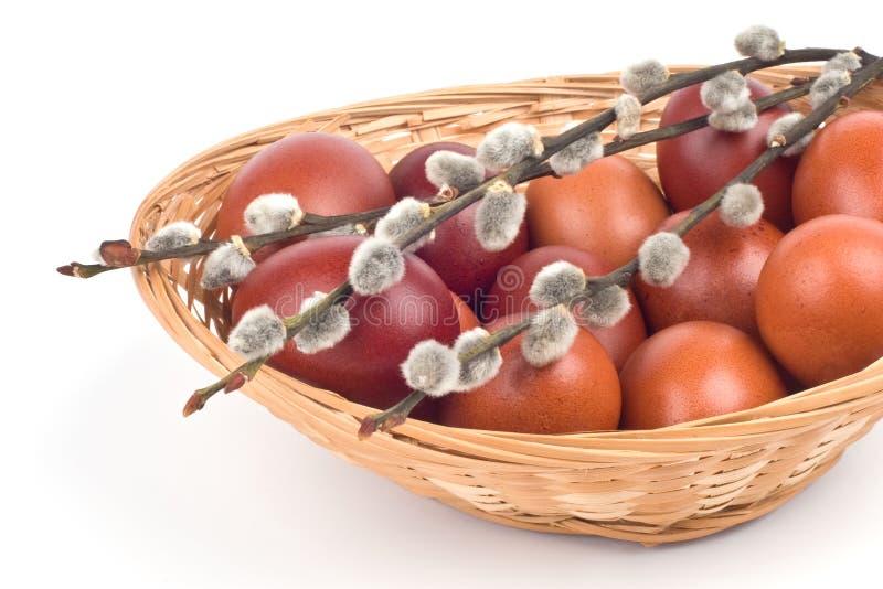 Uova di Pasqua In un cestino immagini stock