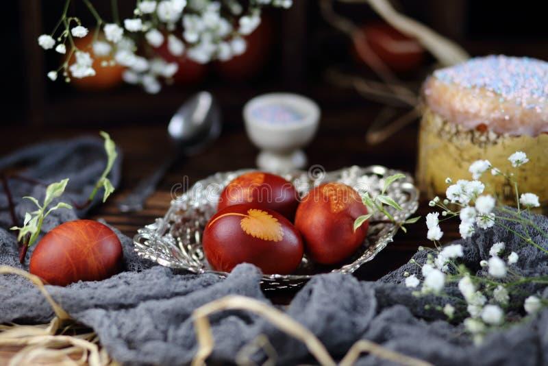 Uova di Pasqua in un vaso d'argento immagini stock