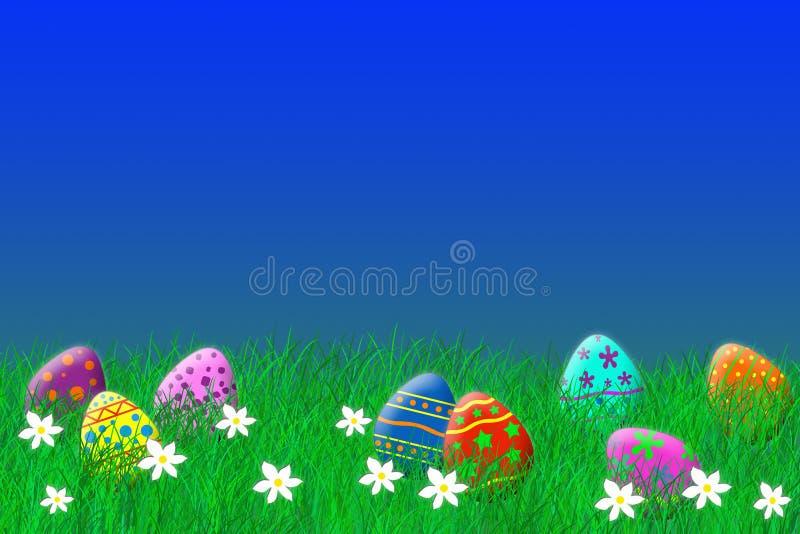 Uova di Pasqua variopinte che risiedono nell'erba sotto un cielo blu fotografia stock