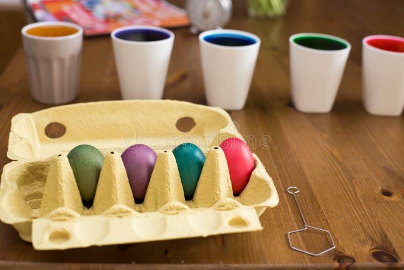 Uova di Pasqua Variopinte coloring Preparazione della Pasqua, uova di verniciatura immagini stock