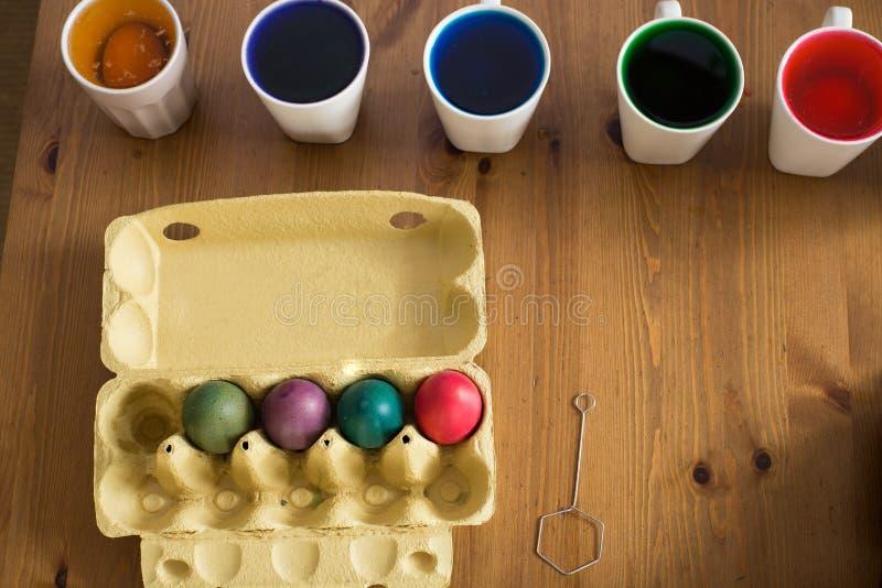 Uova di Pasqua Variopinte coloring Preparazione della Pasqua, uova di verniciatura fotografia stock libera da diritti