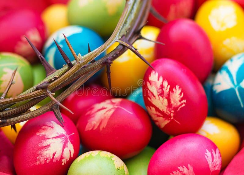 Uova di Pasqua variopinte con la corona delle spine fotografia stock