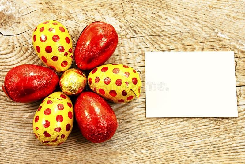 Uova di Pasqua variopinte del cioccolato avvolte in stagnola fotografie stock libere da diritti