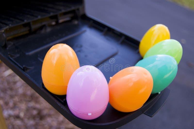 Uova di plastica variopinte nella cassetta postale fotografie stock