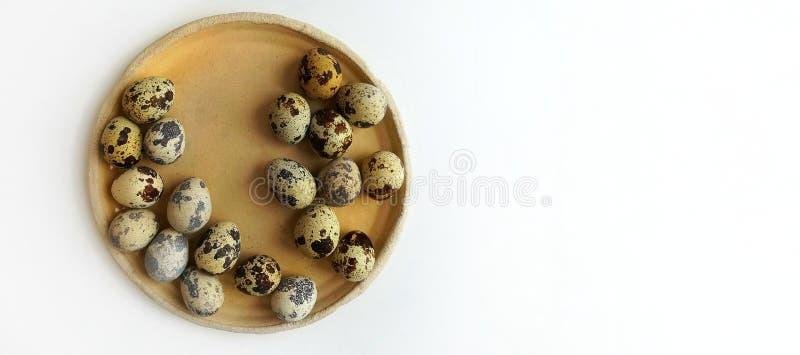 Uova di quaglia su un piatto ceramico beige rotondo immagini stock libere da diritti