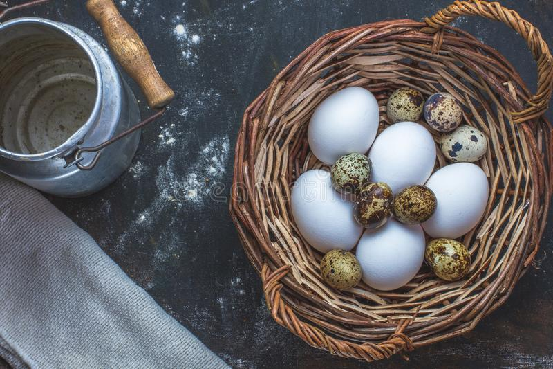 Uova differenti in un canestro di vimini fotografia stock libera da diritti