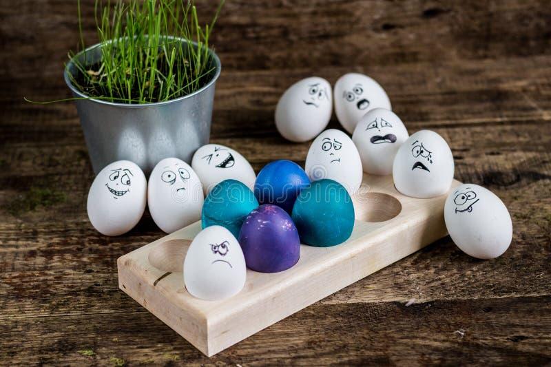 Uova dipinte orientali sul piatto di legno fotografia stock