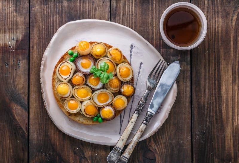 Uova e cipolla di quaglia fritte su pane tostato, spazio della copia, vista superiore immagine stock libera da diritti