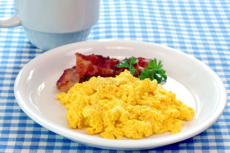 Uova e pancetta affumicata rimescolate immagine stock libera da diritti