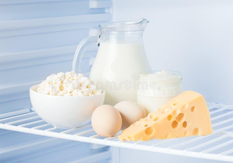 Uova e prodotti lattier-caseario saporiti: panna acida, ricotta, latte, fotografia stock libera da diritti