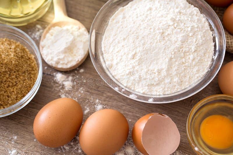 Uova ed ingredienti di base della farina per cuocere fotografie stock libere da diritti