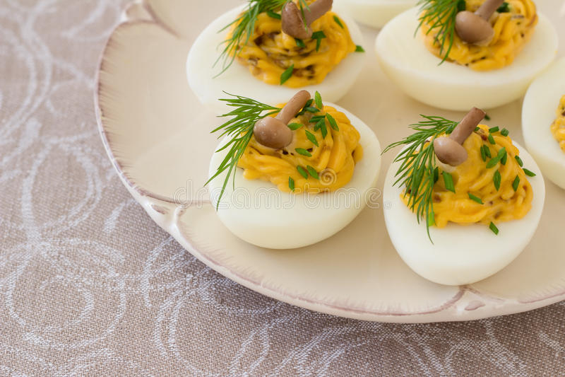 Uova farcite con i funghi, le cipolle verdi, l'aneto e la maionese fotografia stock