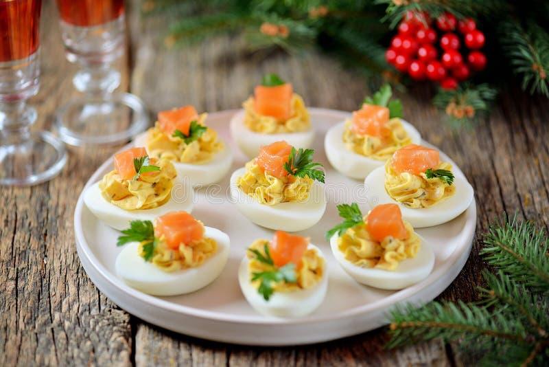 Uova farcite del pollo con formaggio a pasta molle, i capperi ed il salmone salato Priorit? bassa di natale immagine stock libera da diritti