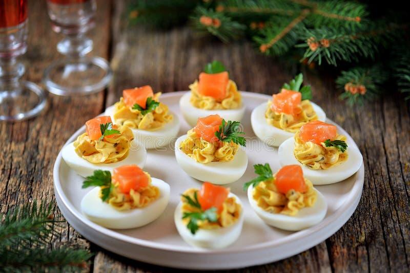 Uova farcite del pollo con formaggio a pasta molle, i capperi ed il salmone salato Priorit? bassa di natale fotografie stock libere da diritti