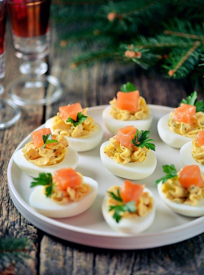 Uova farcite del pollo con formaggio a pasta molle, i capperi ed il salmone salato Priorit? bassa di natale fotografia stock libera da diritti