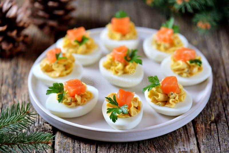 Uova farcite del pollo con formaggio a pasta molle, i capperi ed il salmone salato Priorit? bassa di natale fotografie stock